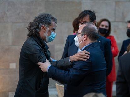El presidente de Òmnium Cultural, Jordi Cuixart (izquierda), uno de los presos del 'procés', abraza al ministro de Política Territorial y primer secretario del PSC, Miquel Iceta, durante la toma de posesión de Pere Aragonès como 'president' de la Generalitat.