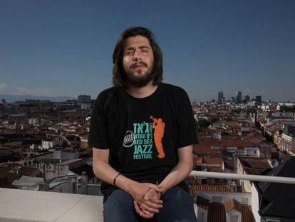 Salvador Sobral posa en la terraza de la Cadena SER, en Madrid.