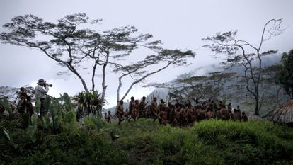 Sebastião Salgado, a la izquierda, en un fotograma de 'La sal de la Tierra'.