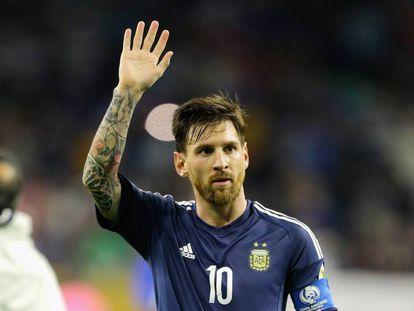 Lionel Messi saluda en el partido de semifinales ante los EEUU.