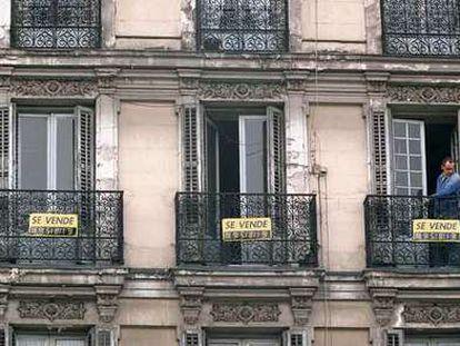 Carteles de venta de viviendas en el centro de Madrid.