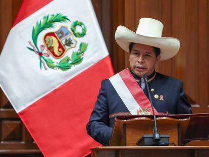 Pedro Castillo habla durante la ceremonia de toma como nuevo presidente de Perú este miércoles en Lima