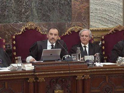 Magistrados del Tribunal Supremo durante el juicio del 'procés'. En vídeo, declaraciones de dos agentes de policía.