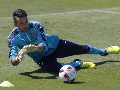Gianluigi Buffon en un entrenamiento con Italia.