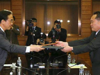 Momento en el que el ministro surcoreano de la Unificación Cho Myoung-gyun (izquierda) y su homólogo del norte, Ri Son Gwon, hoy en Panmunjom.