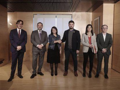 Lastra y Rufián, en el centro, rodeados del resto de integrantes de los equipos negociadores del PSOE y de ERC, el pasado jueves en el Congreso.