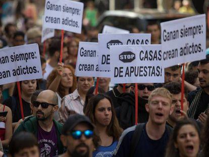 Un grupo de manifestantes camina por la calle Bravo Murillo de Madrid.
