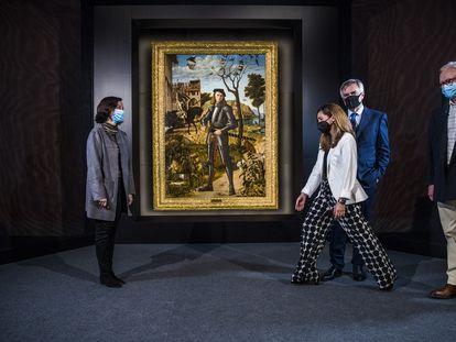 Desde la izquierda, las restauradoras Susana Pérez y Alejandra Martos, el director artístico del Museo Thyssen-Bornemisza, Guillermo Solana, y Ubaldo Sedano ante 'Joven caballero en un paisaje', de Carpaccio.
