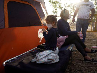 Una familia de migrantes que busca asilo en Estados Unidos, en un campamento de migrantes en la frontera de Matamoros.