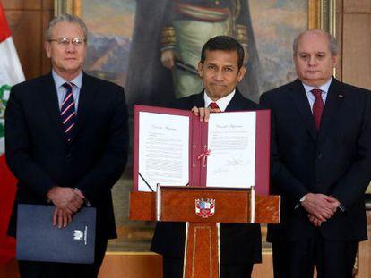 El presidente de Perú, Ollanta Humala, muestra el decreto que fija la nueva frontera con Chile
