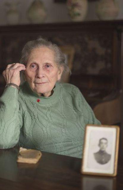 Dorothy Ellis junto a una foto de su marido, que combatió durante la I Guerra Mundial.