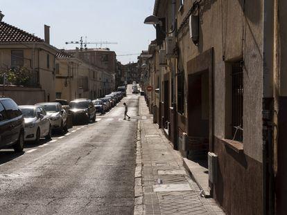 Un joven en una calle de la colonia Tercio y Terol, en junio en Carabanchel
