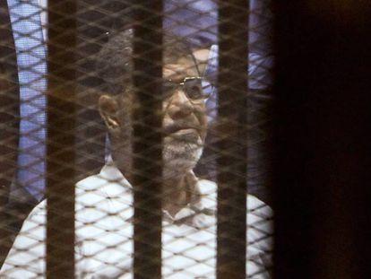 El expresidente Mohammed Morsi en un juicio en 2015 en El Cairo.