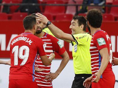 De Burgos Bengoechea pita el final del partido antes de tiempo ante el asombro de los jugadores del Granada.