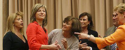Bibiana Aído (segunda por la izquierda) recibe la bienvenida de los miembros de la mesa de la Comisión de Igualdad del Congreso.