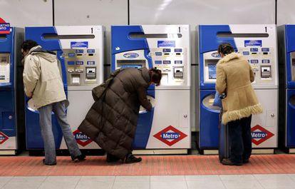 Usuarios del metro compran sus billetes en las taquillas.
