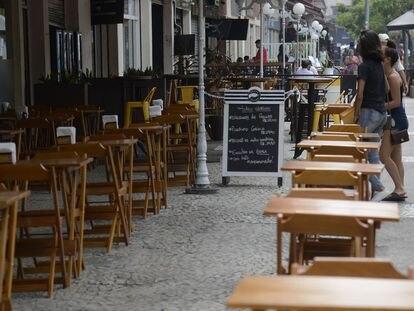 Bares y restaurantes vacíos en Río de Janeiro, Brasil.