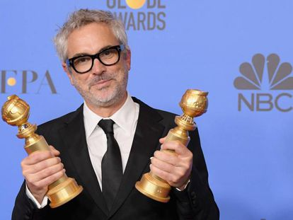 Alfonso Cuarón posa con sus dos Globos de Oro.