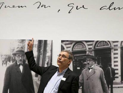 Orhan Pamuk, en la exposición sobre Fernando Pessoa en el Museo Reina Sofía.