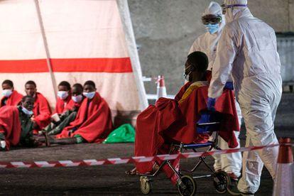 Los rescatados de una patera son atendidos en el puerto de Arguineguín (Gran Canarias), el pasado 9 de marzo.