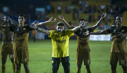 Maradona y los futbolistas de Dorados celebran un triunfo.