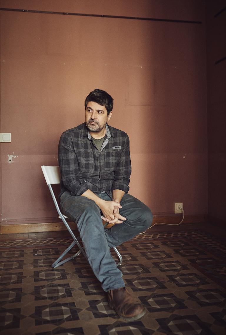 Cesc Gay posa pensativo en las dependencias de su productora en Barcelona