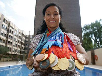 Teresa Perales, galardonada con el Premio Princesa de Asturias de los Deportes posa con algunas de sus medallas olímpicas.