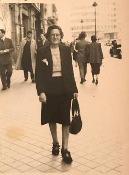 Genoveva Sanz Herrero, en la Gran Vía de Madrid en 1947.