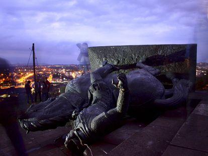 El monumento de Sebastián de Belalcázar derribado por los misak.