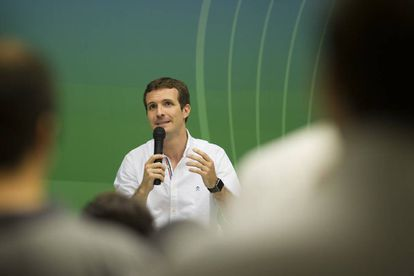 Pablo Casado, candidato a liderar el PP, durante su visita a la sede del partido en Sevilla este lunes.