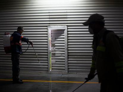 Un grupo de trabajadores desinfecta la Central de abastos de la Ciudad de México.
