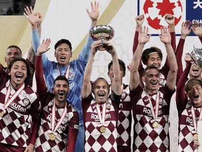 Iniesta (centro), con Villa (a su derecha), levanta la Copa del Emperador con el Vissel Kobe tras derrotar al Kashima Antlers este miércoles en Tokio.
