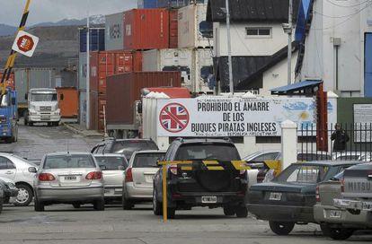 """Una de las entradas del puerto argentino de Ushuaia, que muestra un cartel que prohibe la entrada a los """"buques piratas ingleses""""."""