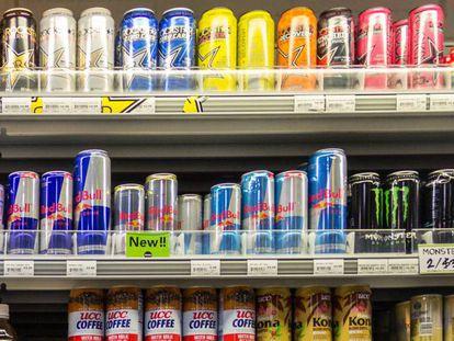 Numerosas 'bebidas energéticas' en un supermercado.