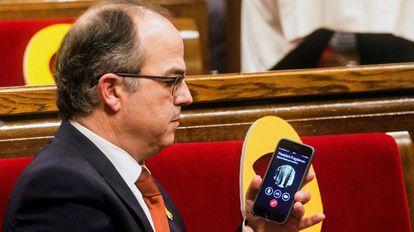 El conseller cesado, Jordi Turull, conectado por teléfono con Carles Puigdemont durante el pleno de constitución de la XII legislatura.