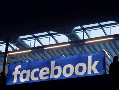 El logo de Facebook, en una reunión empresarial en París el pasado enero.