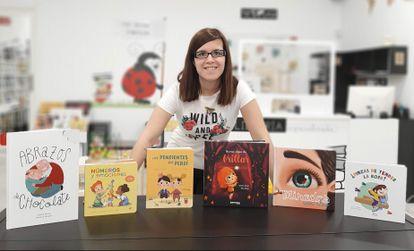 Sandra Alonso con sus obras en la librería 'Mis cuentos infantiles'.