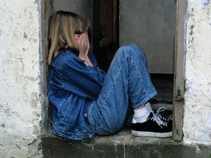Una niña se siente triste.