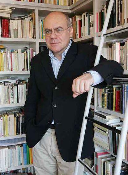 Justo Navarro, autor de 'Hermana muerte' y 'La casa del padre', en su casa de Nerja.