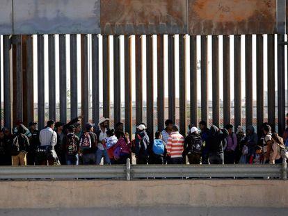 Cola de migrantes para pedir asilo en Estados Unidos en El Paso del Norte, Ciudad Juárez, el pasado 21 de abril.