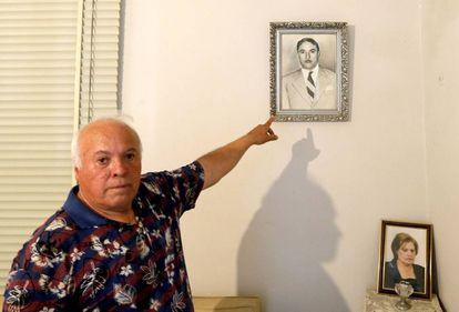 Nizar Temer, señala una foto de su tío, Nakhoul Tamer, el padre de Michel Temer.