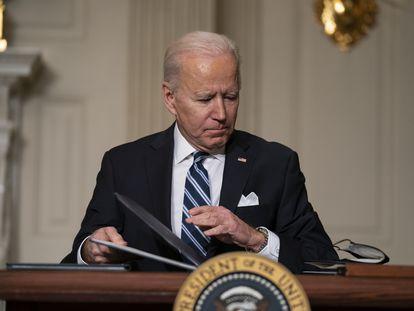 El presidente de EE UU, Joe Biden, firma una serie de órdenes ejecutivas en la Casa Blanca, el pasado 27 de enero.
