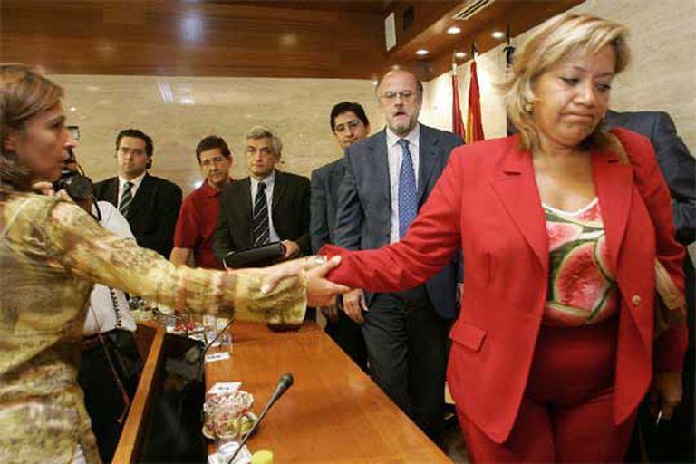 Rosario Arévalo (a la derecha) saluda a la portavoz del PP, Ana Guarinos, al finalizar su última comparecencia como consejera de Medio Ambiente.