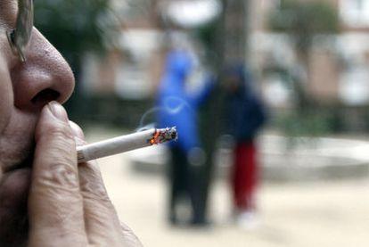 Con la nueva ley solo se podrá fumar en lugares compartidos al aire libre.