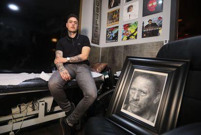 Adrián Sánchez, tatuador profesional de Getafe (Madrid) y pintor de cuadros hiperrealistas que vende en el mercado estadounidense a través de Instagram.