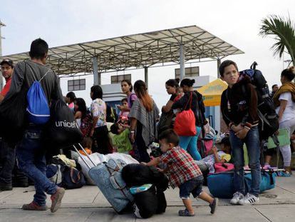 Un grupo de venezolanos, en la frontera con Perú.
