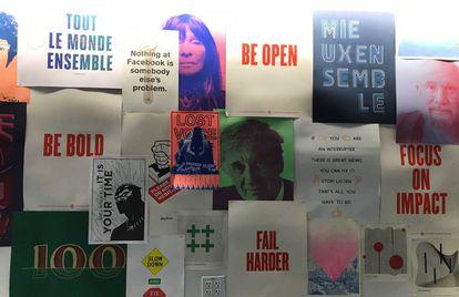 Una de las paredes de Facebook con carteles diseñados por los empleados.