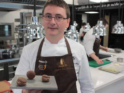 El chef Andoni Luis Aduriz muestra un plato en la cocina de su restaurante Mugaritz en Gipuzkoa.