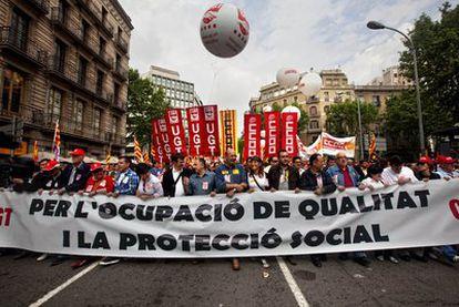 Cerca de 50.000 personas, según los sindicatos, y 7.000 según cálculos de la Guardia Urbana, se han manifestado en las calles de Barcelona en la jornada del Primero de Mayo, en la que el Estatuto y las cifras del paro han tomado el protagonismo.