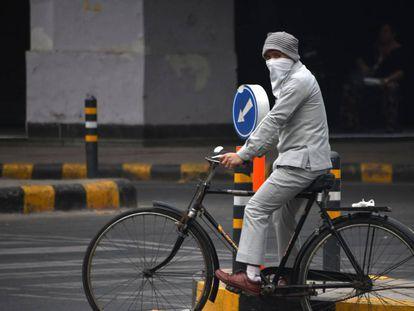 Un ciclista indio se protege de la contaminación en Nueva Delhi.